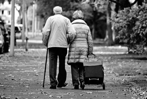 高齢者はなぜ道の真ん中を歩くのか