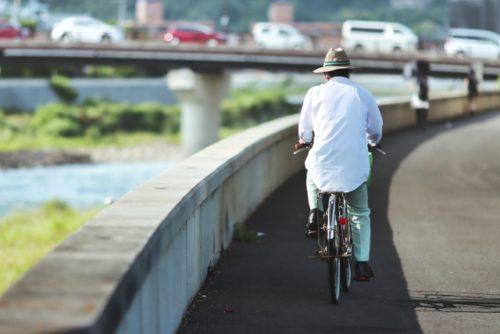 自転車に乗る高齢男性